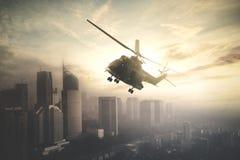 Helicóptero militar que hace a patrullas encima en el centro de la ciudad Foto de archivo libre de regalías
