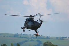 Helicóptero militar que salva o soldado ferido Imagem de Stock Royalty Free