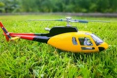 Helicóptero modelo na grama Fotos de Stock Royalty Free