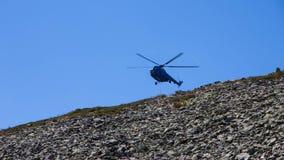 Helicóptero na cimeira em montanhas de Karkonosze Fotos de Stock