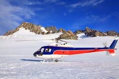 Helicóptero na geleira de Franz Josef em Nova Zelândia. imagem de stock
