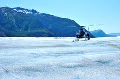 Helicóptero na geleira de Mendenhall em Juneau Alaska fotografia de stock royalty free