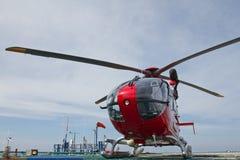 Helicóptero na plataforma a pouca distância do mar Foto de Stock Royalty Free
