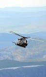 Helicóptero nas montanhas Fotografia de Stock