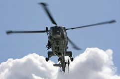 Helicóptero naval en la misión de entrenamiento imagen de archivo