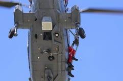 Helicóptero naval en una misión del rscue imagenes de archivo
