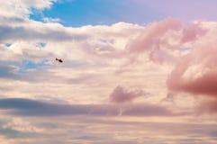 Helicóptero pequeno no fundo do céu fotos de stock royalty free