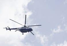 Helicóptero policial que supervisa la situación Fotografía de archivo