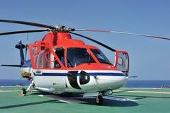 Helicóptero a pouca distância do mar Fotografia de Stock Royalty Free