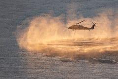 Helicóptero que desce no Rio Columbia imagem de stock