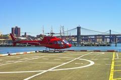 Helicóptero que saca de helipuerto en el Lower Manhattan Nueva York imagen de archivo libre de regalías