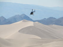 Helicóptero que voa sobre as dunas de areia de dunas de Dumnot Imagem de Stock Royalty Free