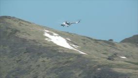 Helicóptero que vuela sobre la garganta de la montaña metrajes