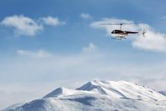 Helicóptero que vuela sobre las montañas en el Kamchatka Rusia, Extremo Oriente Fotos de archivo