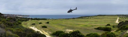 Helicóptero que vuela sobre paisaje Fotos de archivo