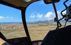 Helicóptero que vuelve al aeropuerto de Lihue, Kauai, Hawaii imagenes de archivo