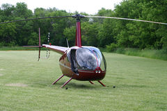 Helicóptero R44 no vermelho Fotos de Stock Royalty Free