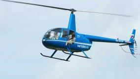 Helicóptero Robinson R-44 antes de aterrar video estoque