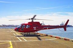 Helicóptero rojo en helipuerto en Lower Manhattan en Nueva York imagen de archivo libre de regalías