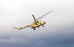 Helicóptero ruso del ejército Mi-8 en la acción contra el cielo nublado Imagen de archivo libre de regalías
