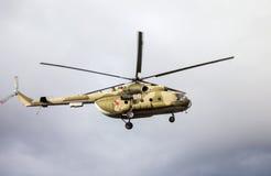 Helicóptero ruso del ejército Mi-8 en la acción contra el cielo nublado Foto de archivo
