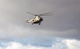 Helicóptero ruso del ejército Mi-8 en la acción contra el cielo nublado Imágenes de archivo libres de regalías