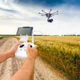 Helicóptero sin tripulación El hombre controla vuelo del quadrocopter Imagenes de archivo