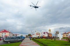 Helicóptero sobre cuadrado de ciudad durante el evento Dozhinki 2016, Senno, B Imagen de archivo