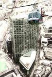 Helicóptero sobre edificios de la ciudad Foto de archivo
