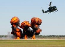 Helicóptero sobre el fuego Imagenes de archivo