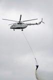 Helicóptero sobre el fuego fotografía de archivo libre de regalías