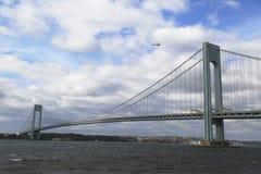 Helicóptero sobre el puente de Verrazano durante comienzo del maratón de New York City Fotografía de archivo