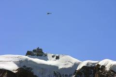 Helicóptero sobre la montaña suiza de Jungfrau Imagen de archivo