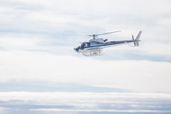 Helicóptero sobre las montañas Imagen de archivo