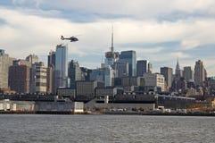Helicóptero sobre NYC fotos de stock