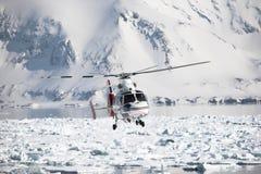 Helicóptero sobre o fjord ártico congelado Fotografia de Stock Royalty Free