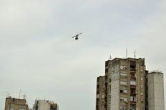 Helicóptero sobre una ciudad foto de archivo