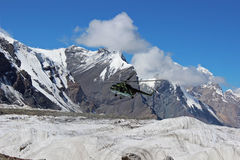 Helicóptero soviético com os montanhistas que aterram em Khan Tengri e no acampamento base do pico de Pobeda (Quirguizistão) Imagem de Stock Royalty Free