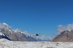 Helicóptero soviético com os montanhistas que aterram em Khan Tengri e no acampamento base do pico de Pobeda (Quirguizistão) Fotografia de Stock Royalty Free