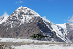 Helicóptero soviético com os montanhistas que aterram em Khan Tengri e no acampamento base do pico de Pobeda (Quirguizistão) Imagens de Stock Royalty Free