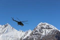 Helicóptero soviético com os montanhistas que aterram em Khan Tengri e no acampamento base do pico de Pobeda (Quirguizistão) Fotos de Stock Royalty Free