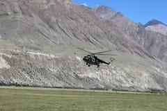 Helicóptero soviético com os montanhistas que aterram em Maida Adyr (Quirguizistão) Imagem de Stock