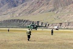 Helicóptero soviético com os montanhistas que aterram em Maida Adyr (Quirguizistão) Imagens de Stock
