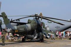 Helicóptero traseiro de Mi-24V - mecânico que senta-se em um fotorreceptor Imagem de Stock