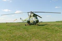 Helicóptero viejo Mi-2 en hierba Yalutorovsk Rusia Fotos de archivo