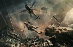 Helicóptero y fuerzas militares entre el fuego y el humo en ciudad destruida fotos de archivo libres de regalías