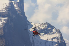 Helicóptero y montaña rojos de Himalaya Annapurna, Nepal Fotos de archivo