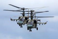 Helicópteros de ataque del cocodrilo de Kamov Ka-52 de la fuerza aérea rusa durante ensayo del desfile de Victory Day en la base  Imagen de archivo