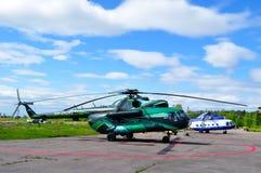 Helicópteros de la milipulgada Mi-8 de la chispa Avia Airline Company y departamento especial de la aviación del Ministerio del I fotos de archivo