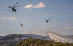 Helicópteros del bombero que extinguen el forestfire Imagenes de archivo